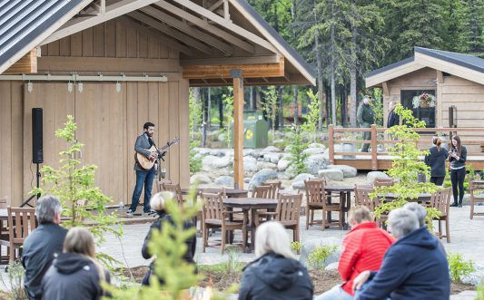 Entertainment - Singer in Denali Square at McKinley Chalet 4 mc_42